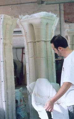 Desmoldeo de una columna en resina de poliester, con un molde de silicona creado insitu en los Baños Judios de Zaragoza.