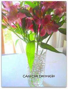 Toalhinhas de crochê que passeiam pela casa. Agora, no vaso com flores!