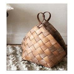 wicker basket Practice to do some shopping or to go to the beach Willow Weaving, Basket Weaving, Palm Frond Art, Basket Bag, Wicker Furniture, Weaving Techniques, Knitted Bags, Painting On Wood, Rattan