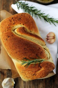 Garlic and rosemary bread / Zakręcony chlebek z czosnkiem i rozmarynem. Rosemary Bread, Bread Cake, Polish Recipes, Orange Crush, How To Make Bread, Bread Baking, Bagel, Bread Recipes, White Food