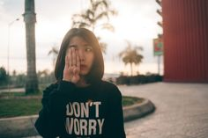 Somatizar: La expresión física del malestar psicológico. Es posible que conozcas algún caso, incluso que te pase a ti mismo/a. Dolores y malestar físico que se suceden sin ninguna explicación médica identificable. Síntomas recurrentes e injustificables que influyen muy negativamente en la vida de quién los padece. Mairena Vázquez, psicóloga, te explica qué es somatizar, que personas son más propensas a padecerla, cuáles son los síntomas y su tratamiento #somatizar #psicología #mente…