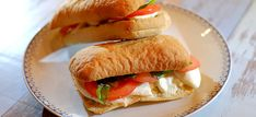 Panini met pesto, mozzarella, tomaat en basilicum