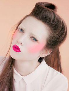 visages colorés de la petite fille japonaise