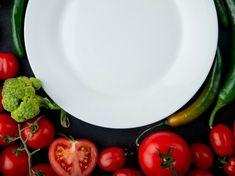 Vista superior de um prato branco vazio e legumes frescos, deitado em torno de tomates maduros e pimentas verdes em fundo preto | Foto Grátis Fresco, Vegetables, Food, Fried Tilapia, Mustard Dressing, Indian Cuisine, Mexican Dishes, Food Posters, White Plates