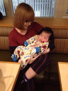 昨日地元に帰って友達に会ってきた。赤ちゃん可愛いなー。ママに見える?