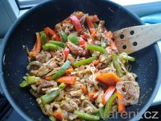 Vepřový gyros s fazolemi recept - Vareni. Kung Pao Chicken, Japchae, Pork, Food And Drink, Treats, Ethnic Recipes, Cooking, Kale Stir Fry, Sweet Like Candy
