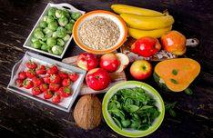 Nutrição e atividade física são partes importantes de um estilo de vida saudável quando você tem diabetes. Juntamente com outros benefícios, seguir um plano alimentar saudável e ser ativo pode ajudá-lo a manter o nível de glicose no sangue , também chamado de açúcar no sangue, dentro da faixa-alvo.Para controlar a glicose no sangue, você precisa equilibrar o que come e bebe com atividade física e remédios para diabetes, se tomar algum. O que você escolhe comer, quanto você come e quando você com Sources Of Soluble Fiber, Banana Contains, How To Cook Kale, Arthritis Diet, Nutrition, Fiber Foods, Asparagus Recipe, Lower Cholesterol