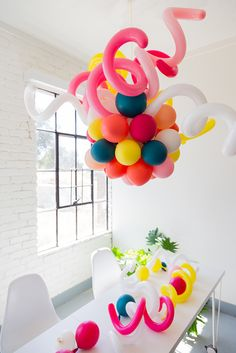 balloon chandelier for a party Diy Balloon, Balloon Garland, Balloon Decorations, Balloons, Balloon Chandelier, Glass Chandelier, Party Mottos, Birthday Party Games, Party Entertainment