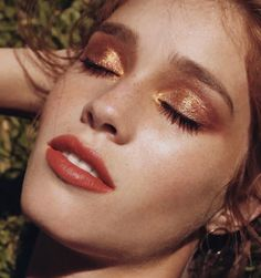 Healthy skin, brown golden eyeshadow, red-ish lips Source by Uploaded by user Kiss Makeup, Glam Makeup, Makeup Cosmetics, Beauty Makeup, Hair Makeup, Hair Beauty, Golden Makeup, Golden Eyeshadow, Eyeshadow Looks