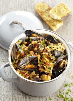 200 g d' allumettes de lardons nature (espace fraîcheur) 4 kg de moules (espace fraîcheur) 2 poireaux 0.5 botte de persil frais 1 piment rouge 4 oignons 4 éclats d' ail 4 c. à soupe de concentré de tomates 4 dl de vin blanc sec 2 c. à soupe d' huile d'olive poivre