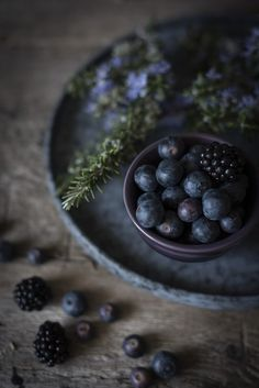 Blueberries and Blackberries Home Bild, Dark Food Photography, Food Wallpaper, Foto Art, Fruit Art, Food Pictures, Food Styling, Food Inspiration, Blackberry