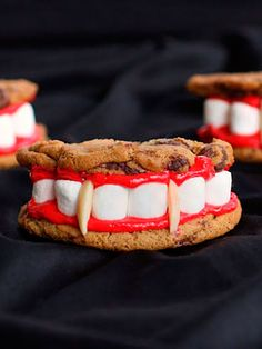 Don't forget to include some yummy Halloween desserts at your next party. Here are some of the best recipes for Halloween desserts. Halloween Desserts, Recetas Halloween, Halloween Food For Party, Halloween Cookies, Easy Halloween, Halloween Treats, Halloween Vampire, Halloween Chocolate, Halloween Baking
