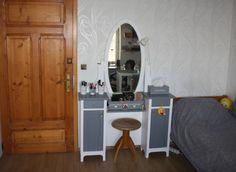 Kosmetický stolek s otočným zrcadlem