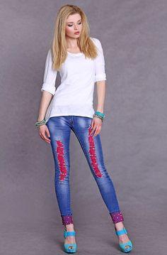 Pantaloni jeans donna & ragazza. Effetto strappato sulle gambe con risalto della colorazione fucsia sottostante e applicazione di cristalli. Risvolti sulle caviglie.