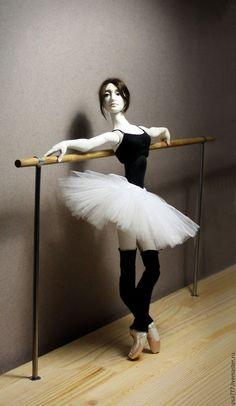 Авторская шарнирная кукла `В БАЛЕТНОМ КЛАССЕ` из коллекции `БАЛЕТ`. Bjd