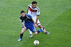 CRACK. Lionel Messi defiende la pelota delante de Mats Hummels. (AFP PHOTO  GABRIEL BOUYS)