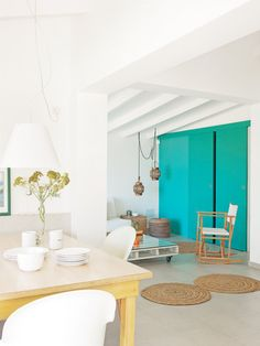 Casa vacaciones Menorca: Zona de estar con pared turquesa