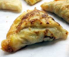These paleo samosas are crispy, golden and triangular. Inside, hides a savory and spicy filling.