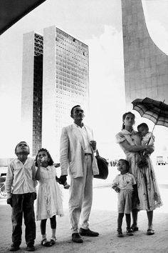 Família de operário na inauguração de Brasília, em 1960, fotografada pelo suíço René Burri