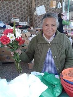 Tan linda mi casera de la feria de Limache !, sus ramos de flores son los mas encantadores !