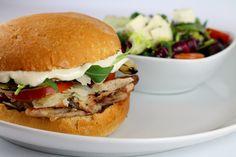 Hamburguesa Campestre: pollo macerado, cebolla a la parrilla, queso parmesano, espinaca baby, tomate y salsa César.