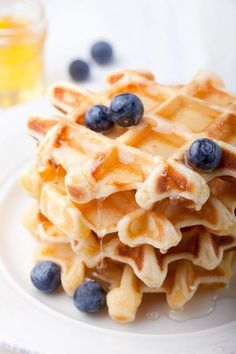 Low Carb Waffles made with almond and coconut flour are the perfect weekend breakfast plus they are gluten-free paleo and packed with protein. Snack Recipes, Dessert Recipes, Muffin Recipes, Low Carb Biscuit, Best Low Carb Recipes, Low Carb Tortillas, Low Carb Pizza, Protein, Almond Flour