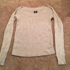 Grey American Eagle sweater Grey American Eagle sweater with hints of pink/blues. Washed (always line dried) a few times. Material is wool, but there is no pilling. Overall very good condition. American Eagle Outfitters Sweaters Crew & Scoop Necks