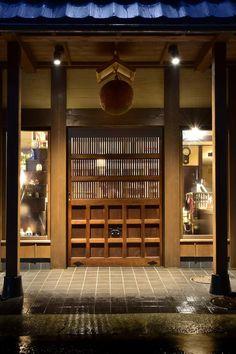 入口正面!なんと100年前の蔵戸購入。酒林もいいね!地酒店舗デザイン/Premium SAKE wonderful---Designed by M&Associates/OOKI SAKETEN/Tokyo/Japan