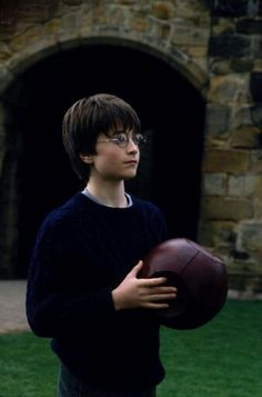 Harry Potter con la quaffle en Harry Potter y la piedra filosofal