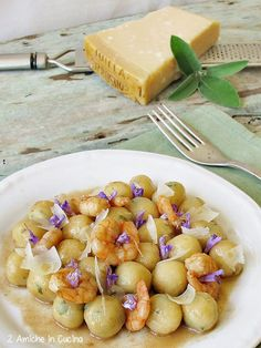 Gnocchi di Parmigiano Reggiano e salvia con code di gamberi all'aceto balsamico