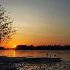 Hyvää yötä Good night . . . #hyvääyötä #auringonlasku #visithelsinki #helsinki #meri #itämeri #lauttasaari #nelkytplusblogit #balticsea #sunset #sea