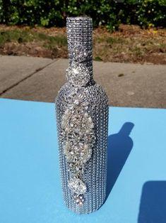 Bedazzled Liquor Bottles, Glitter Champagne Bottles, Bling Bottles, Custom Wine Bottles, Crystal Champagne, Glitter Wine, Wine Bottle Crafts, Bottle Art, Diy Bottle