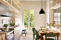 La cocina ya nos descubre los secretos del interiorismo de la vivienda: Espacios amplios y diáfanos, pocos obstáculos para la luz y las vistas, unificación de colores y materiales.