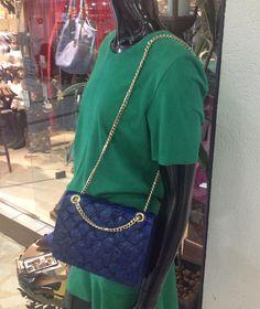 Bolsas em pirarucu - confeccionadas e desenhadas por Giovanna Casasola Migowski Couro Exótico na cor Azul Marinho, Estilo Chanel com charm dourado