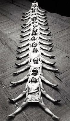 Photo vintage montrant un groupe de danseuses créant un motif avec leurs corps #patternseverywhere #blackandwhite