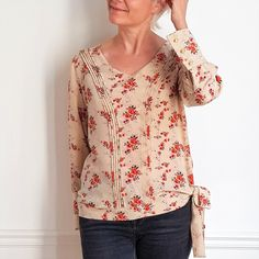 Blouse TOO MUCH - DressYourBody - Patron de couture femme Couture Details, Couture Tops, Pli, Boutique, Sewing Clothes, Sewing Hacks, Sewing Tips, Floral Tops, How To Look Better