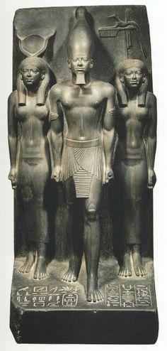 TRIADA DE MICERINOS. Hacia el año 2520 a.C. Dinastía IV. Representa al faraón entre la diosa HATHOR a la izda. y la diosa local BAT a la dcha. Se conserva en el Museo Egipcio de El Cairo.