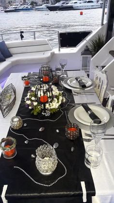 Table set up at Su Yachts
