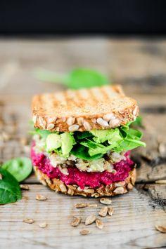 Beetroot, babaganoush & avocado-lime sandwich / Sanduíche de beterraba, babaganoush e abacate #Healthy #Saudável
