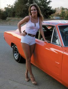 Catherine Bach as Daisy Duke next to the 1969 Dodge Charger known as The General Lee. Catherine Bach, Auto Girls, Car Girls, All Jeans, Daisy Dukes, Up Girl, Hot Pants, Country Girls, Sexy Legs