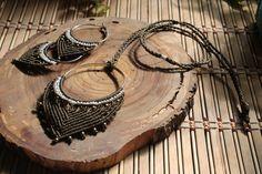 Conjunto de collar y pendientes en macrame con cuentas de color bronce. El cierre es con un nudo corredizo ajustable.