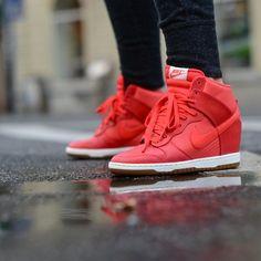 Los Tenis Dunk Sky HI de Nike tiene un diseño de bota alta para mayor protección y seguridad, ademas de un estilo con materiales de piel y caucho.