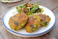 De laatste tijd kook ik steeds vaker zonder vlees. Een echte vegetariër zal ik wel nooit worden, maar deze quinoaburgers zijn wel heel erg lekker!