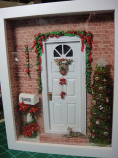 Dollhouse door decorated for a miniature Christmas! Christmas Room, Christmas Minis, Christmas Projects, Xmas, Christmas Greetings, Miniature Rooms, Miniature Crafts, Miniature Christmas, Christmas Scenes Pictures
