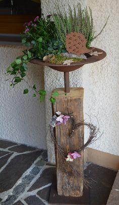 Altholz Alter Holzbalken mit Edelrost Schale, herbstlich dekoriert.