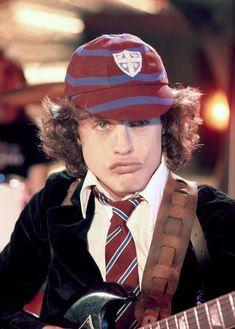 angus young   Angus Young: O Schoolboy que conquistou o mundo!