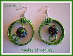 paire de boucles d'oreilles fantaisie, fimo et fil alu vert printemps Aluminum Wire Jewelry, Handmade Wire Jewelry, Wire Wrapped Earrings, Wire Earrings, Jewelry Crafts, Diy Jewellery, Jewelery, Fabric Christmas Ornaments, Bijoux Fil Aluminium