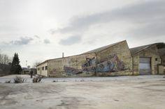 Aryz-2013-St.Celoni-Catalunya  Aryz es uno de esos artistas contemporáneos que viajan de proyecto en proyecto por medio mundo. Su obra es reconocida por un uso especial del color. Empezó pintando por pura diversión en zonas poco transitadas, bajo puentes y vías de tren. En 2010 le invitaron a pintar una gran fachada en Italia, desde entonces su trabajo empezó a verse más.