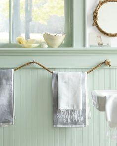 porte serviette murale salle de bain, jolie salle de bain avec murs bleus clairs
