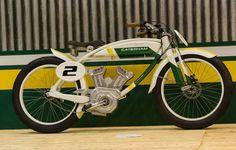 Британский производитель гоночных болидов и спорткаров Caterham и дизайнер Алессандро Тартарини создали электрический вариант электроцикла под названием CLASSIC E-BIKE. Дизайнер был вдохновлен дизайном гоночных мотоциклов 1920-х годов. Электробайк оснащен бесщеточным двигателем, в центре которого установлен датчик крутящего момента для управления питанием. Литиевая батарея Panasonic 36 V, 12 Ah обеспечивает до 80 км хода. Искусственный топливный бак этого байка является не только площадкой…